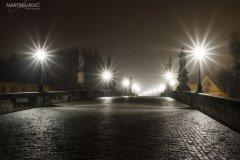 <h3>Na Karlově mostě</h3><p>Chcete-li osamoceně projít se po Karlově mostě musíte o hodinách mezi psem a vlkem  - Foto: Martin Lukac</p><hr /><a href='http://www.facebook.com/sharer.php?u=http://www.milujuprahu.cz/2013/11/martin-lukac-tulak-s-fotakem-v-ruce/' target='_blank' title='Share this page on Facebook'><img src='http://www.milujuprahu.cz/wp-content/themes/twentyten/images/flike.png' /></a><a href='https://plusone.google.com/_/+1/confirm?hl=en&url=http://www.milujuprahu.cz/2013/11/martin-lukac-tulak-s-fotakem-v-ruce/' target='_blank' title='Plus one this page on Google'><img src='http://www.milujuprahu.cz/wp-content/themes/twentyten/images/plusone.png' /></a><a href='http://www.pinterest.com/pin/create/button/?url=http://www.milujuprahu.cz&media=http://www.milujuprahu.cz/wp-content/uploads/2013/11/012.jpg&description=Next%20stop%3A%20Pinterest' data-pin-do='buttonPin' data-pin-config='beside' target='_blank'><img src='http://assets.pinterest.com/images/pidgets/pin_it_button.png' /></a>