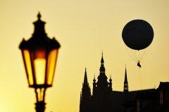 <h3>Hrad</h3><p>Jaromír Chalabala: 'Jsou chvíle, kdy je zlatá Praha zlatější. Třeba těsně před soumrakem.'</p><hr /><a href='http://www.facebook.com/sharer.php?u=http://www.milujuprahu.cz/2013/11/a-kdyz-chumeli-tak-jaromir-chalabala-vyrazi-fotit-do-ulic/' target='_blank' title='Share this page on Facebook'><img src='http://www.milujuprahu.cz/wp-content/themes/twentyten/images/flike.png' /></a><a href='https://plusone.google.com/_/+1/confirm?hl=en&url=http://www.milujuprahu.cz/2013/11/a-kdyz-chumeli-tak-jaromir-chalabala-vyrazi-fotit-do-ulic/' target='_blank' title='Plus one this page on Google'><img src='http://www.milujuprahu.cz/wp-content/themes/twentyten/images/plusone.png' /></a><a href='http://www.pinterest.com/pin/create/button/?url=http://www.milujuprahu.cz&media=http://www.milujuprahu.cz/wp-content/uploads/2013/11/Hrad.jpg&description=Next%20stop%3A%20Pinterest' data-pin-do='buttonPin' data-pin-config='beside' target='_blank'><img src='http://assets.pinterest.com/images/pidgets/pin_it_button.png' /></a>