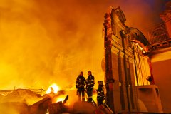 """<h3>Požár Průmyslového paláce</h3><p>Vítek Podzemský moc ohňů neviděl, před měsícem vyjel k prvnímu. Stále ještě benjamínek pracující na telegrafu. Pražští hasiči tak dodnes říkají operačnímu středisku. 16. října 2008 v 19:13 vzal Vítek telefonát, který by i ostříleným mazákům vyšponoval tepovou frekvenci. Ze všech sil se snažil zachovat klid, aby právě v tuto chvíli na nic nezapomněl. Vcelku klidný hlas mu totiž sděloval, že za oknem Průmyslového paláce na Výstavišti šlehají plameny. Vzápětí se rozzářila poplachová světla na čtyřech stanicích. Dvě minuty zůstalo první volání na stopadesátku jediným. Potom následovala smršť telefonátů. Telegraf poslal ven dalších pět stanic a vyzval všechny dobrovolné sbory na území Prahy: """"Vyjeďte.""""- (Foto: Jaromír Chalabala)</p><hr /><a href='http://www.facebook.com/sharer.php?u=http://www.milujuprahu.cz/2014/09/prazsti-hasici-spechaji-tam-odkud-ostatni-utikaji/' target='_blank' title='Share this page on Facebook'><img src='http://www.milujuprahu.cz/wp-content/themes/twentyten/images/flike.png' /></a><a href='https://plusone.google.com/_/+1/confirm?hl=en&url=http://www.milujuprahu.cz/2014/09/prazsti-hasici-spechaji-tam-odkud-ostatni-utikaji/' target='_blank' title='Plus one this page on Google'><img src='http://www.milujuprahu.cz/wp-content/themes/twentyten/images/plusone.png' /></a><a href='http://www.pinterest.com/pin/create/button/?url=http://www.milujuprahu.cz&media=http://www.milujuprahu.cz/wp-content/uploads/2013/12/22.jpg&description=Next%20stop%3A%20Pinterest' data-pin-do='buttonPin' data-pin-config='beside' target='_blank'><img src='http://assets.pinterest.com/images/pidgets/pin_it_button.png' /></a>"""