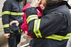 """<h3>Zpráva operačního střediska</h3><p> """"Všem stanicím, které jedou k případu požáru v domě: Volali nám lidé ze čtvrtého patra, že mají na chodbě hustý kouř a nemohou ven.""""- (Foto: Jaromír Chalabala)</p><hr /><a href='http://www.facebook.com/sharer.php?u=http://www.milujuprahu.cz/2014/09/prazsti-hasici-spechaji-tam-odkud-ostatni-utikaji/' target='_blank' title='Share this page on Facebook'><img src='http://www.milujuprahu.cz/wp-content/themes/twentyten/images/flike.png' /></a><a href='https://plusone.google.com/_/+1/confirm?hl=en&url=http://www.milujuprahu.cz/2014/09/prazsti-hasici-spechaji-tam-odkud-ostatni-utikaji/' target='_blank' title='Plus one this page on Google'><img src='http://www.milujuprahu.cz/wp-content/themes/twentyten/images/plusone.png' /></a><a href='http://www.pinterest.com/pin/create/button/?url=http://www.milujuprahu.cz&media=http://www.milujuprahu.cz/wp-content/uploads/2013/12/9.jpg&description=Next%20stop%3A%20Pinterest' data-pin-do='buttonPin' data-pin-config='beside' target='_blank'><img src='http://assets.pinterest.com/images/pidgets/pin_it_button.png' /></a>"""