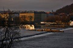 <h3>Staroměstský jez</h3><p>Na Štědrý den ráno vyfotila Jana Ježková</p><hr /><a href='http://www.facebook.com/sharer.php?u=http://www.milujuprahu.cz/2013/12/probouzeni-do-stedreho-dne-jany-jezkove/' target='_blank' title='Share this page on Facebook'><img src='http://www.milujuprahu.cz/wp-content/themes/twentyten/images/flike.png' /></a><a href='https://plusone.google.com/_/+1/confirm?hl=en&url=http://www.milujuprahu.cz/2013/12/probouzeni-do-stedreho-dne-jany-jezkove/' target='_blank' title='Plus one this page on Google'><img src='http://www.milujuprahu.cz/wp-content/themes/twentyten/images/plusone.png' /></a><a href='http://www.pinterest.com/pin/create/button/?url=http://www.milujuprahu.cz&media=http://www.milujuprahu.cz/wp-content/uploads/2013/12/DSC_1681.jpg&description=Next%20stop%3A%20Pinterest' data-pin-do='buttonPin' data-pin-config='beside' target='_blank'><img src='http://assets.pinterest.com/images/pidgets/pin_it_button.png' /></a>