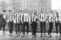 <h3>Sparta v roce 1904</h3><p>Mužstvo Sparty v bandy hokeji v roce 1904 pod vedením rychlobruslaře Jaroslava Petráka (na fotografii vlevo) hrálo ve složení Malý, Doucha, Landa (v pozadí), Schubert, Titl, Faltýn, Byšický a Kracík. - (Foto: archiv HC Sparta Praha)</p><hr /><a href='http://www.facebook.com/sharer.php?u=http://www.milujuprahu.cz/2013/12/sparta-praha-uz-110-let-na-bruslich/' target='_blank' title='Share this page on Facebook'><img src='http://www.milujuprahu.cz/wp-content/themes/twentyten/images/flike.png' /></a><a href='https://plusone.google.com/_/+1/confirm?hl=en&url=http://www.milujuprahu.cz/2013/12/sparta-praha-uz-110-let-na-bruslich/' target='_blank' title='Plus one this page on Google'><img src='http://www.milujuprahu.cz/wp-content/themes/twentyten/images/plusone.png' /></a><a href='http://www.pinterest.com/pin/create/button/?url=http://www.milujuprahu.cz&media=http://www.milujuprahu.cz/wp-content/uploads/2013/12/Sparta-1.jpg&description=Next%20stop%3A%20Pinterest' data-pin-do='buttonPin' data-pin-config='beside' target='_blank'><img src='http://assets.pinterest.com/images/pidgets/pin_it_button.png' /></a>