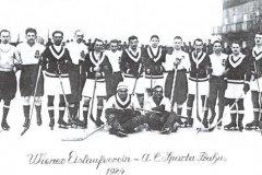 <h3>Sparta v roce 1924</h3><p>V lednu 1924 se sparťané dvakrát utkali s rakouským týmem Wiener EV. Doma ho v neděli 13. ledna porazili 4:0 (hned tři góly vstřelil Josef Maleček), v odvetě na vídeňské půdě zvítězili 4:1. - (Foto: archiv HC Sparta Praha)</p><hr /><a href='http://www.facebook.com/sharer.php?u=http://www.milujuprahu.cz/2013/12/sparta-praha-uz-110-let-na-bruslich/' target='_blank' title='Share this page on Facebook'><img src='http://www.milujuprahu.cz/wp-content/themes/twentyten/images/flike.png' /></a><a href='https://plusone.google.com/_/+1/confirm?hl=en&url=http://www.milujuprahu.cz/2013/12/sparta-praha-uz-110-let-na-bruslich/' target='_blank' title='Plus one this page on Google'><img src='http://www.milujuprahu.cz/wp-content/themes/twentyten/images/plusone.png' /></a><a href='http://www.pinterest.com/pin/create/button/?url=http://www.milujuprahu.cz&media=http://www.milujuprahu.cz/wp-content/uploads/2013/12/tym_1924.jpg&description=Next%20stop%3A%20Pinterest' data-pin-do='buttonPin' data-pin-config='beside' target='_blank'><img src='http://assets.pinterest.com/images/pidgets/pin_it_button.png' /></a>