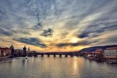 <h3>Karlův most</h3><p>Foto z 24.12. 2013. Bylo krásně, ale Praha byla hrozně narvaná lidmi - Foto: Robin Rezek</p><hr /><a href='http://www.facebook.com/sharer.php?u=http://www.milujuprahu.cz/2014/02/prazske-mlhy-robina-rezka/' target='_blank' title='Share this page on Facebook'><img src='http://www.milujuprahu.cz/wp-content/themes/twentyten/images/flike.png' /></a><a href='https://plusone.google.com/_/+1/confirm?hl=en&url=http://www.milujuprahu.cz/2014/02/prazske-mlhy-robina-rezka/' target='_blank' title='Plus one this page on Google'><img src='http://www.milujuprahu.cz/wp-content/themes/twentyten/images/plusone.png' /></a><a href='http://www.pinterest.com/pin/create/button/?url=http://www.milujuprahu.cz&media=http://www.milujuprahu.cz/wp-content/uploads/2014/02/karluv_most_wide1.jpg&description=Next%20stop%3A%20Pinterest' data-pin-do='buttonPin' data-pin-config='beside' target='_blank'><img src='http://assets.pinterest.com/images/pidgets/pin_it_button.png' /></a>