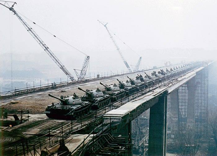 První zatěžkávací zkouška Nuselského mostu v roce 1970. Na mostě bylo zaparkováno 66 tanků z rakovnického pluku. - (Foto: archiv DPP)