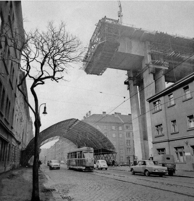 Stavba Nuselského mostu roku 1969 - Pohled z Jaromírovy ulice