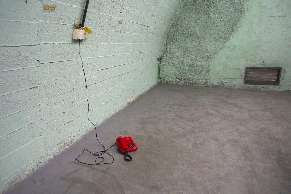 Červený telefon v protiatomovém krytu - Foto: Eugen Kukla