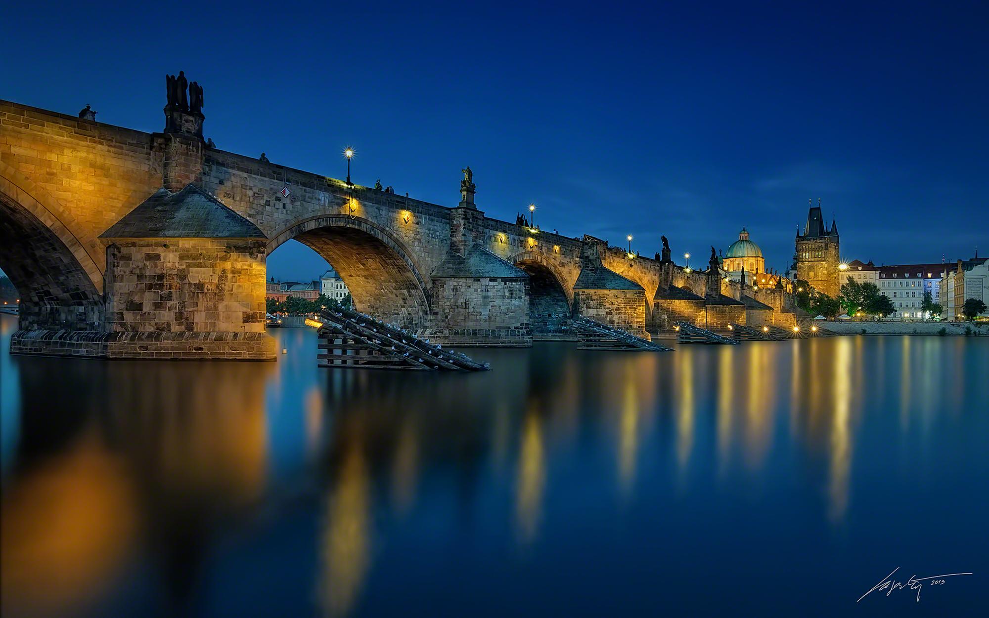 Marek Kijevský: Asi moje nejoblíbenější fotografie, Úžasné klidná Vltava a nádherný odraz Karlova mostu po západu slunce.
