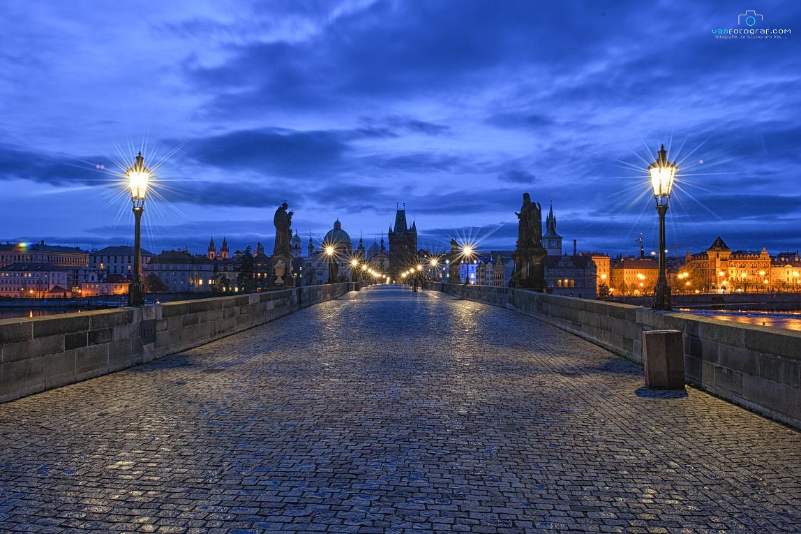 """Michal Fic: """"Listopadové ráno na Karlově mostě. I přes ranní čas bylo tentokráte na mostě několik fotografů bažících po tom samém co já. Po krásných ranních fotografiích zachycujících ráno na jednom z nejkrásnějších mostů."""""""