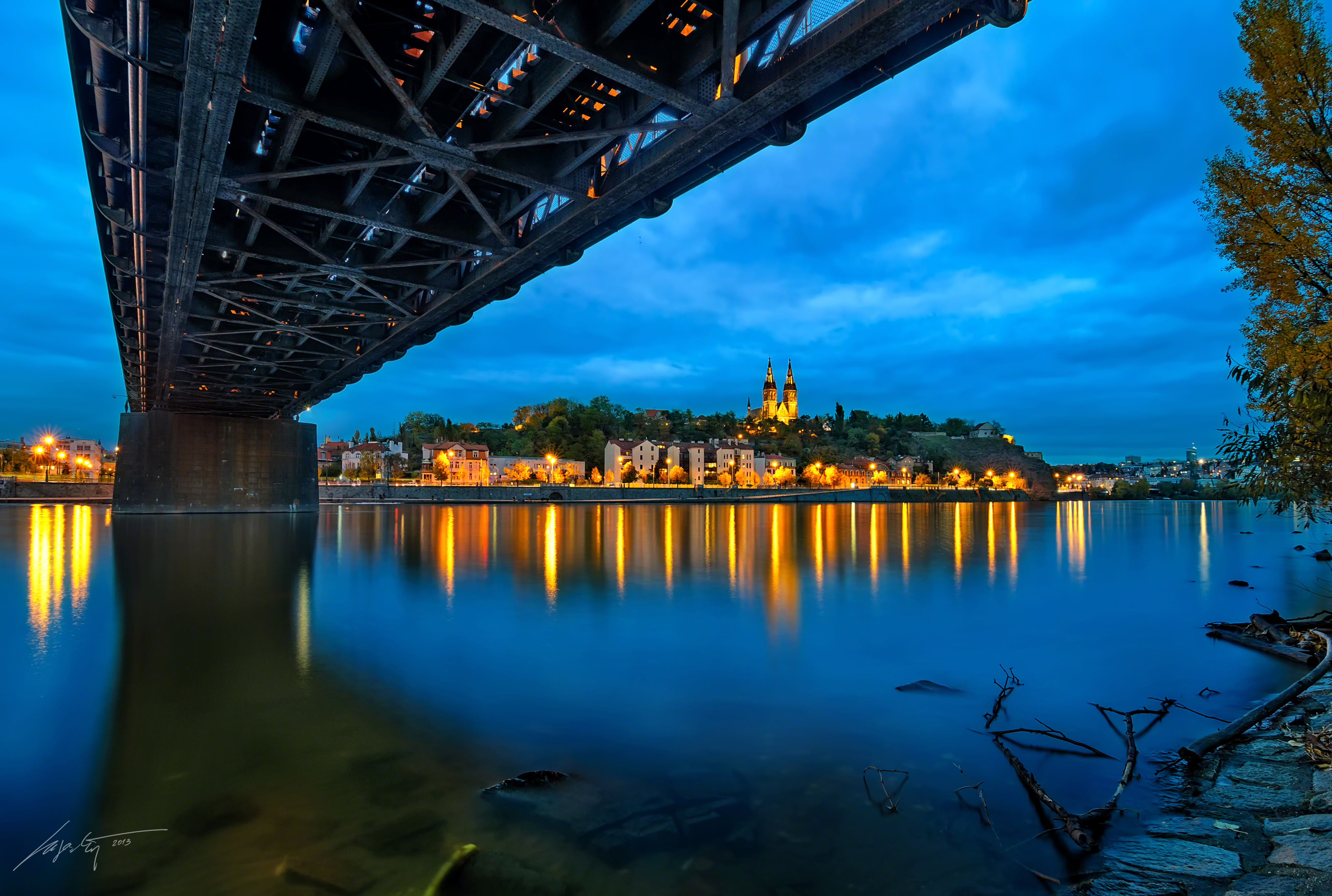 Marek Kijevský: Miluju, když se objekty, které fotím, odráží od vodní hladiny. Vyšehrad  a železniční most mi poskytly tuto nádhernou scénu během pochmurného dne.
