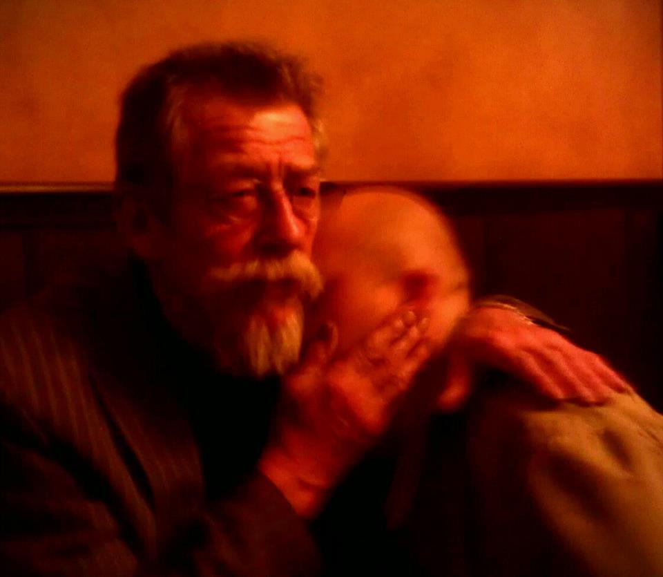 John Hurt konejší Kamila Tabačíka, který herce jediný bezpečně poznal - (Foto: Eugen Kukla)