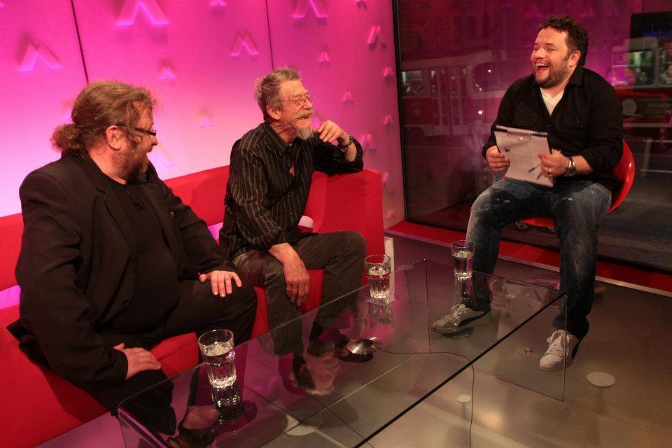 John Hurt přišel do televize udělat rozhovor s Luďkem Staňkem. Eugen Kukla překladal -  ´(Foto: David Černý)