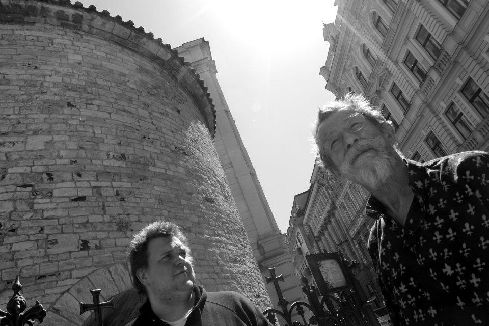 A tady Eugen Kukla Johnovi vykládá, že tuhle rotundu zachránil Mánes se svým bráchou, který uspořádali sbírku a koupil za hrozný peníze ten čtvereček země, na kterém ta rotunda stojí, protože tam někdo chtěl postavit nějakej moc zajímavej barák. - (Foto: Eugen Kukla)