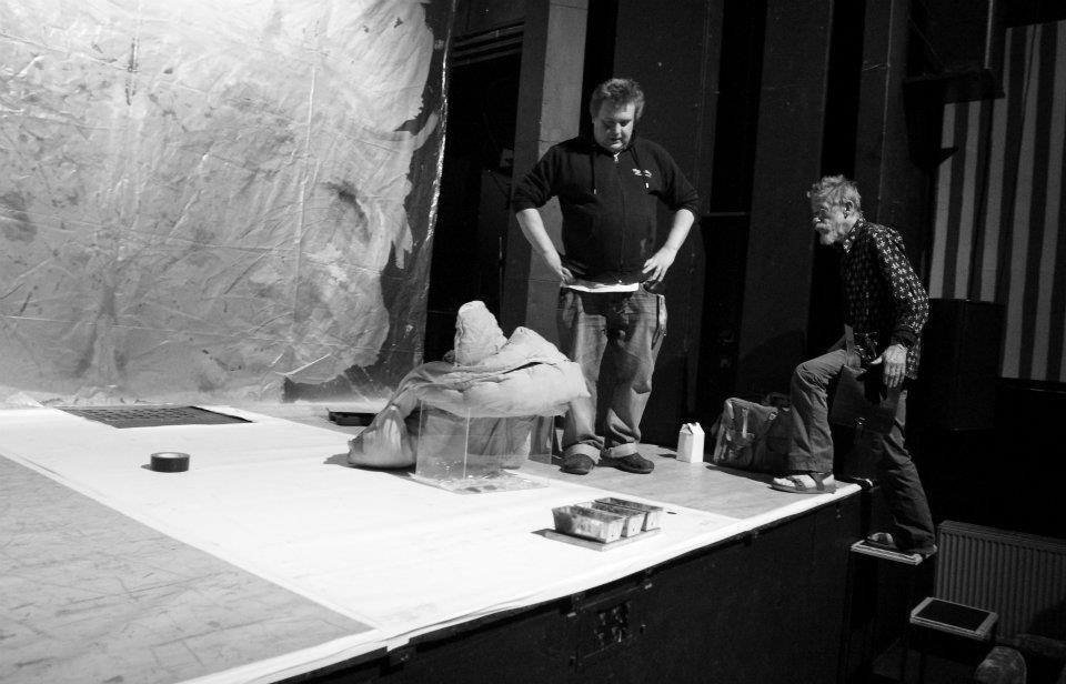 John Hurt poprvé vstupuje na jeviště Divadla Na zábradlí. Může za to samozřejmě Václav Havel, protože, ta skutečnost, že tady dělal toho kulisáka na Johna zapůsobila takřka mysticky. No upřímně řečeno, taky se mi oko zalesklo. - (Foto: Eugen Kukla)