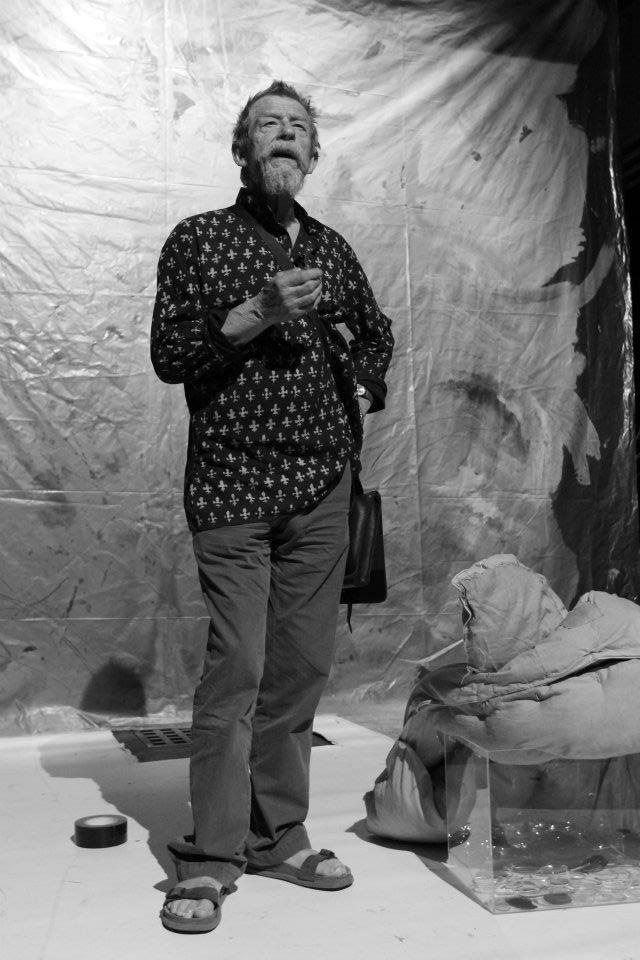 Mé laskavé režijní vedení Johna Hurta před jeho první vystoupením v Divadle Na zábradlí. Snad ani nepřekvapí, že záměr John pochopil dokonale... Děkujeme i službukonající servírce divadelní kavárny, která s nekonečným nasazením sehnala klíče od sálu a poprosila kulisáky, ať nad jevištěm rozsvítí... - (Foto: Eugen Kukla)