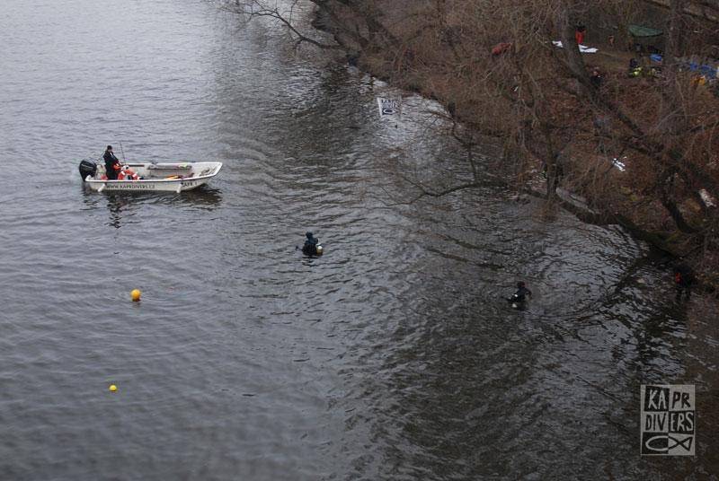 Část průzkumu probíhala u břehu v mělké vodě... - Foto: archiv potápěči Kapr Divers