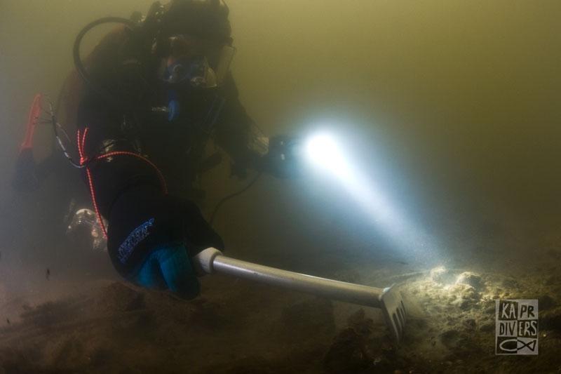 Pro snadnou orientaci pod vodou jsme dno rozdělili tzv. ortogonální sítí neboli navigačním rastrem z provázku. - Foto: archiv potápěči Kapr Divers