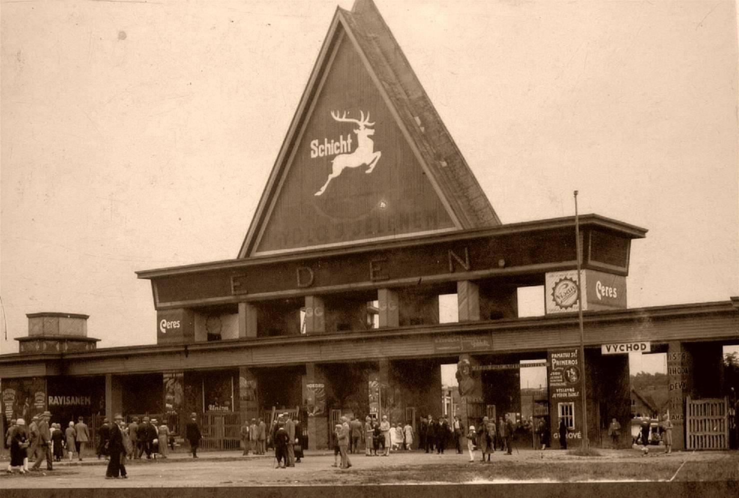 Vstupní brána do zábavního parku Eden opatřená reklamou na firmu Schicht vyrábějící oblíbené Schichtovo mýdlo s jelenem
