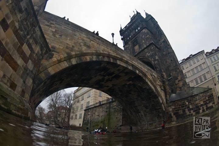Pohled na Karlův most z řeky  - Foto: archiv potápěči Kapr Divers