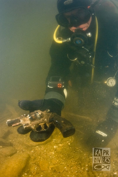 Mezi nálezy byl i tento revolver.  - Foto: archiv potápěči Kapr Divers