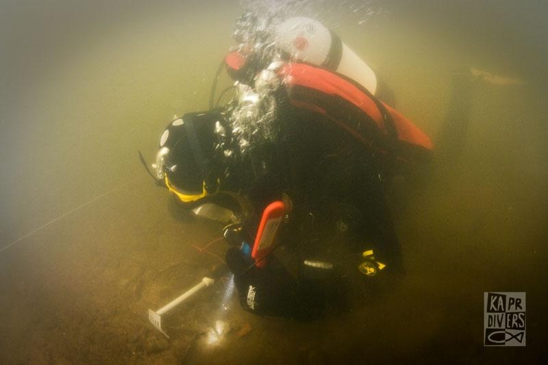 V okamžiku, kdy potápěči začali prozkoumávat dno, zvířil se sediment, takže to chvíli byla práce jen po hmatu. - Foto: archiv potápěči Kapr Divers