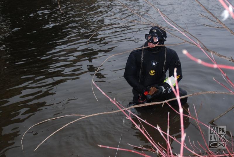 Rozdělení úkolů a pak už hurá do vody. - Foto: archiv potápěči Kapr Divers