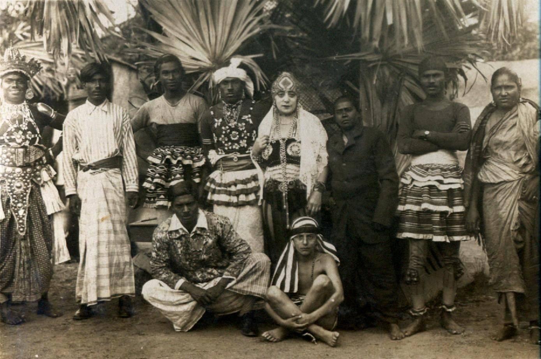 Eden navštívili i černoši z Habeše, kteří postavili v parku napodobeninu domorodé vesnice a za drobnou úplatu předváděli užaslému obecenstvu domorodý život