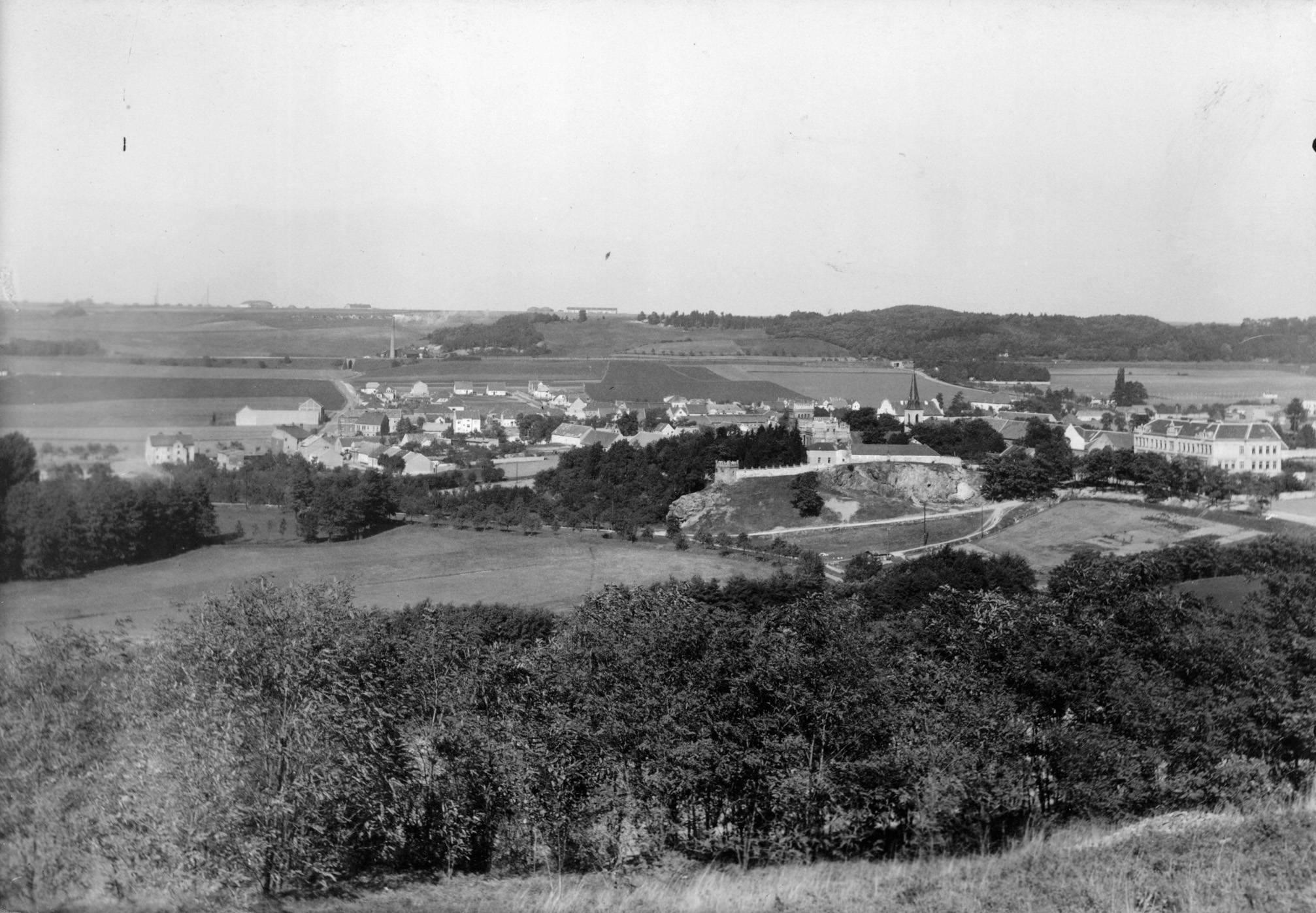 Naprosto idylický pohled na starý Hloubětín v roce 1927, tehdy ještě vesnici na okraji rozrůstající se Velké Prahy. - popisky sepsal architekt Petr Kučera
