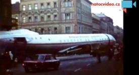 Záhada! Centrem Prahy převáželi letadlo. Víte proč?
