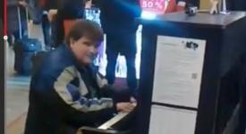 Nejen policista má talent. Nevidomý mládenec roztleskal Hlavní nádraží