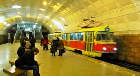 PŘEKVAPÍ TO! Pražská tramvaj jede v metru…