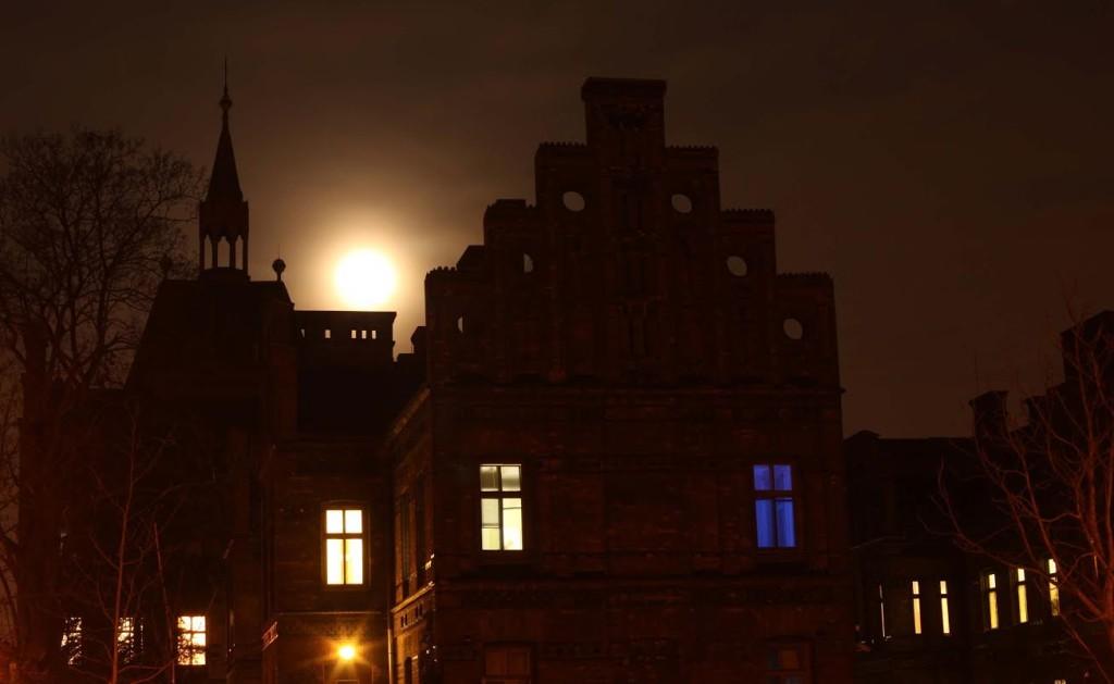 Porodnice U Apolináře. Zezadu měsíční světlo, zepředu pouliční lampy. Trochu jako z hororu. - Foto: Jaroslav Juřička