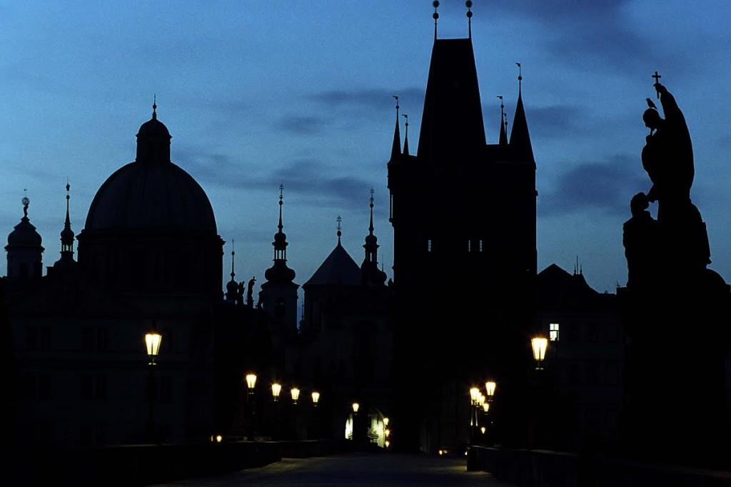 Karlův most za svítání z naskenovaného diapozitivu - Foto: Jaroslav Juřička