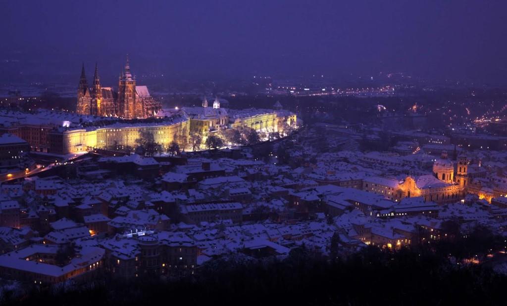 Zasněžený Pražský hrad z Petřínské rozhledny za soumraku - Foto: Jaroslav Juřička