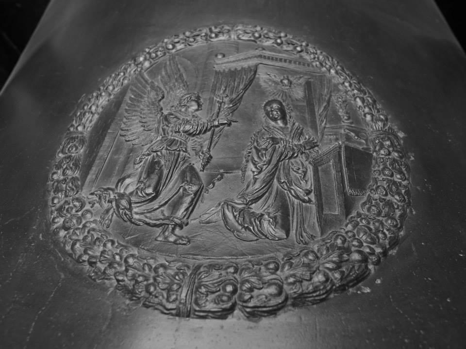 Zvěstování Panny Marie v ornamentu na jižní straně zvonu - Foto: Eugen Kukla