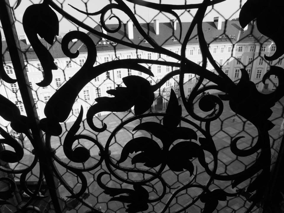 Výhled ze zvonice na nádvoří Pražského hradu. Tímto oknem se nese hlas Zikmunda nad celé město - Foto: Eugen Kukla