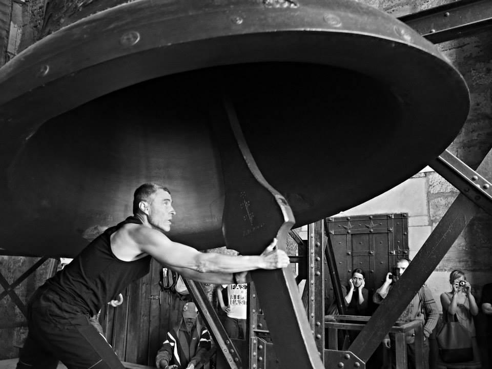 Na konci zvonění začnou zvoníci pohyb zvonu zpomalovat tím, že se proti pohybu věší na lana. Jeden ze zvoníků, pak vleze do zvonu a zachytí srdce - Foto: Eugen Kukla