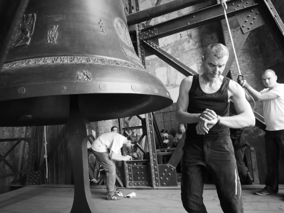 Je potřeba kontrolovat čas , neboť zvony z katedrály určují čas ve městě. Dříve se zvonilo poledne tehdy, když stín mariánského sloupu na Staroměstském náměstí zakryl poledník vyrytý v dlažbě náměstí. Pak se dalo z věže Staroměstské radnice znamení praporcem na astronomickou věž Klementina. Odtud už bylo vidět mávnutí i do zvonice, aby zvoníci mohli začít tlouci pravé poledne - Foto: Eugen Kukla