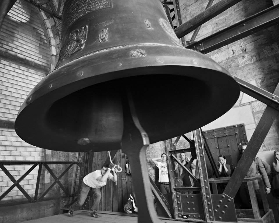 Zvon pohánějí čtyři zvoníci a ještě jsou jeden až dva připravení na vystřídání - Foto: Eugen Kukla