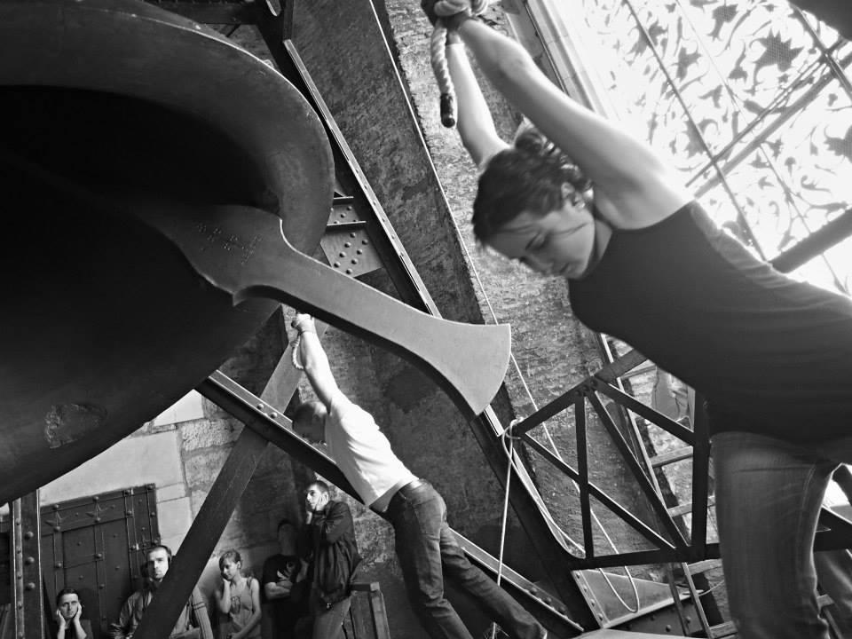 Mezi zvoníky jsou i ženy. Udržovat zvon v pohybu 15 minut dá opravdu zabrat. - Foto: Eugen Kukla