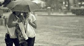 Po vedrech se do Prahy řítí silné bouřky, přívalový déšť a kroupy