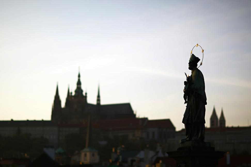 Svatý Jan Nepomucký na Karlově mostě dohlíží na Pražský Hrad