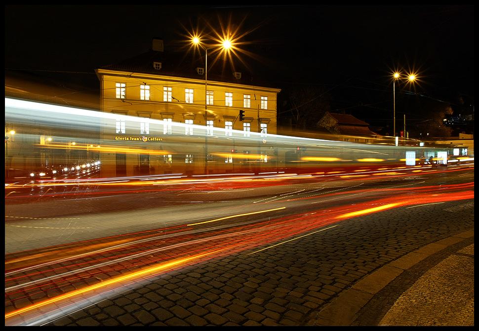 Dvě tramvaje projíždějící proti sobě v zatáčce  blízko Klárova. Delší čas, stativ a pak už si jen počkat na vhodný okamžik, kdy projíždí dvě tramvaje současně