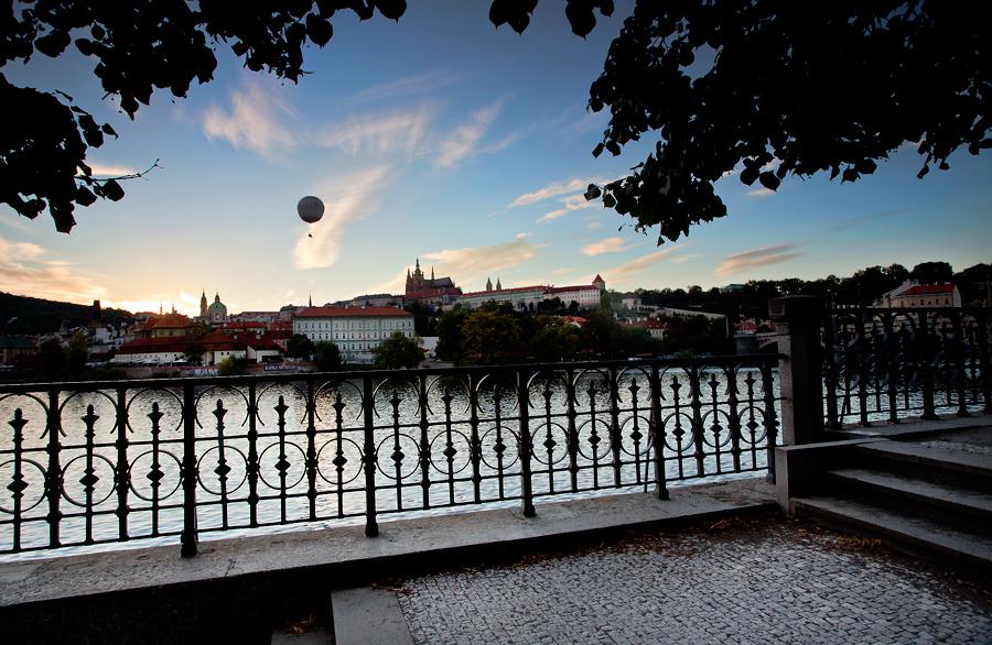 """Pohled na Pražský Hrad při západu slunce s """"balónovou atrakcí"""""""