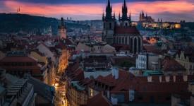 Světlo je jemné a pomalu stoupá a odkrývá tajemství Prahy…