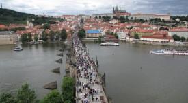 Snový pohled na město ze Staroměstské mostecké věže