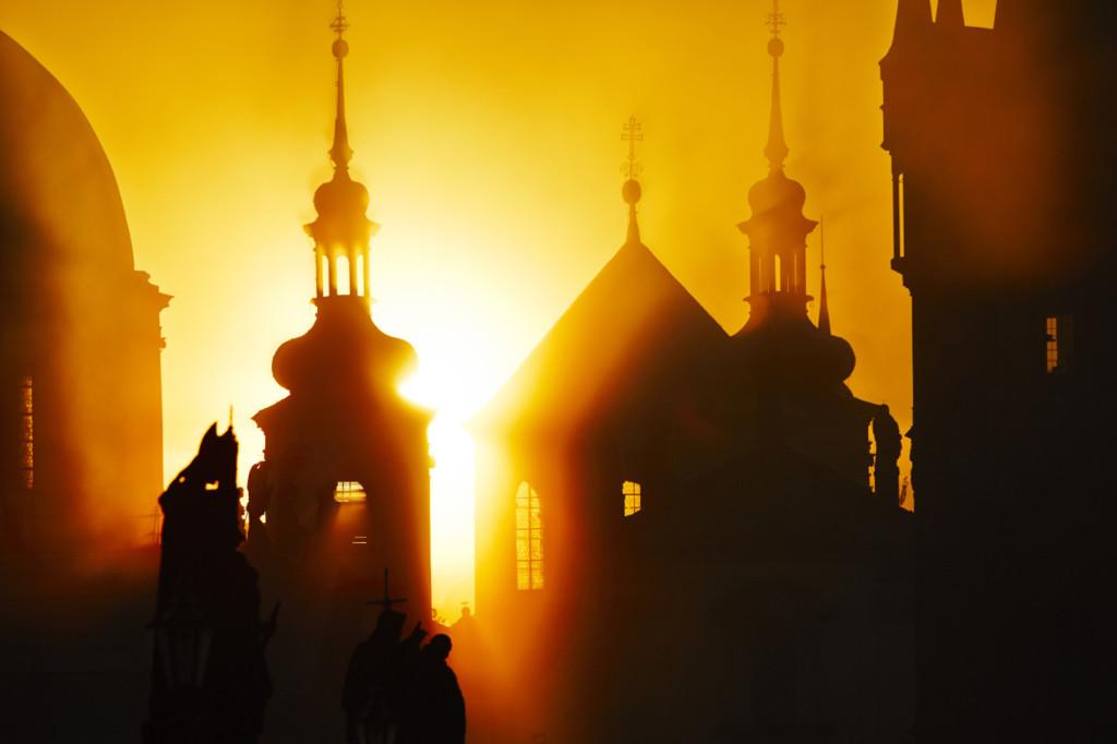 Slunce se prodírá mezi pražskými věžemi  - Foto: Jaromír Chalabala