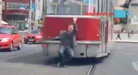 Šílenec! Jede na oji tramvaje po Palackého mostu. A ještě u toho kouří