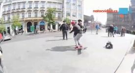 Video: Skateboardista skočil ze sochy svatého Václava policistovi přímo do náruče