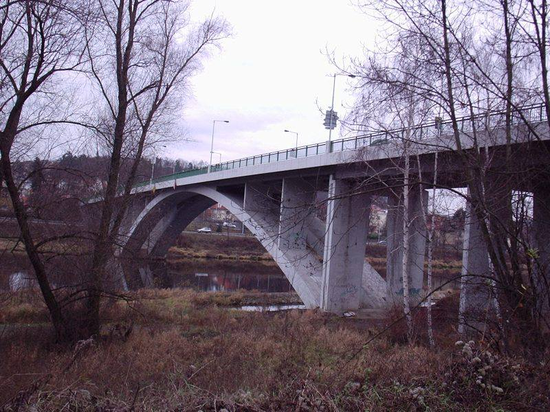 1.Most Závodu míru (Zbraslavský most) je silniční most přes Vltavu na Zbraslavi, 13 km jižně od centra Prahy. Jde o první most přes Vltavu po proudu řeky nacházející se na území hlavního města Prahy a spolu s Radotínským mostem jediný pražský most, který se nachází nad soutokem Vltavy s řekou Berounkou. Spojuje Zbraslav na levém břehu s místní částí Závist a železniční stanicí Praha-Zbraslav na pravém břehu.